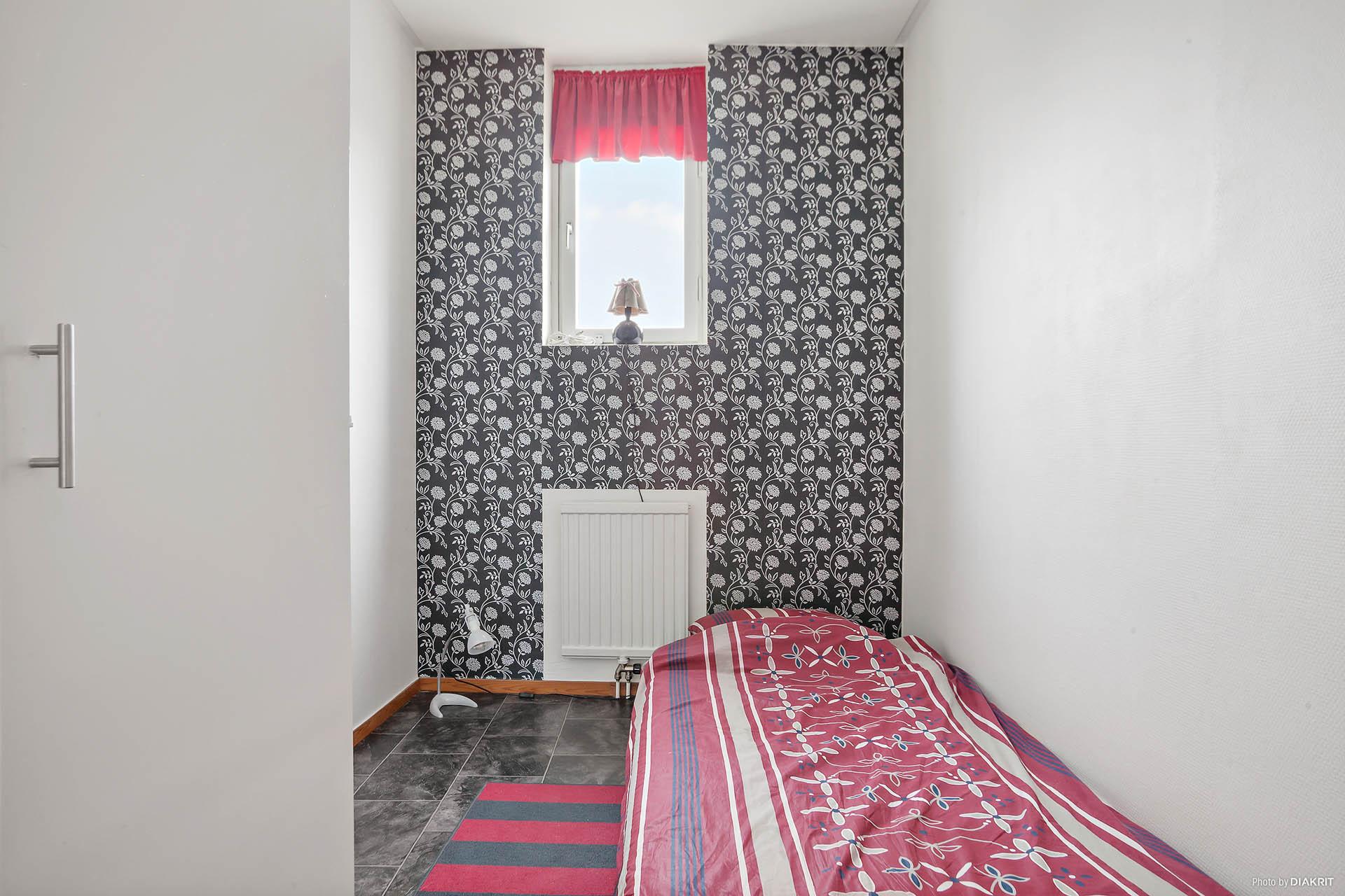 Det andra sovrummet finns mellan badrummet och vardagsrummet.
