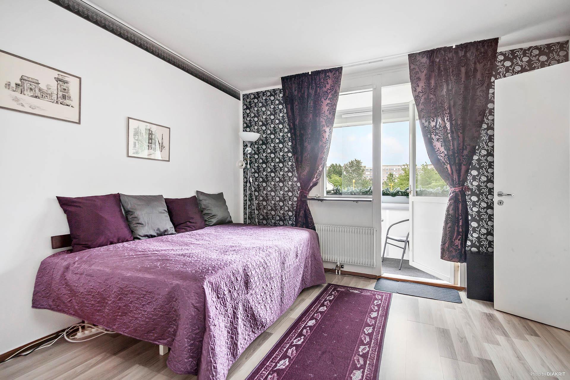 Det stora sovrummet ligger i direkt anslutning till kök/matplats och balkong mot innergården i söderläge.