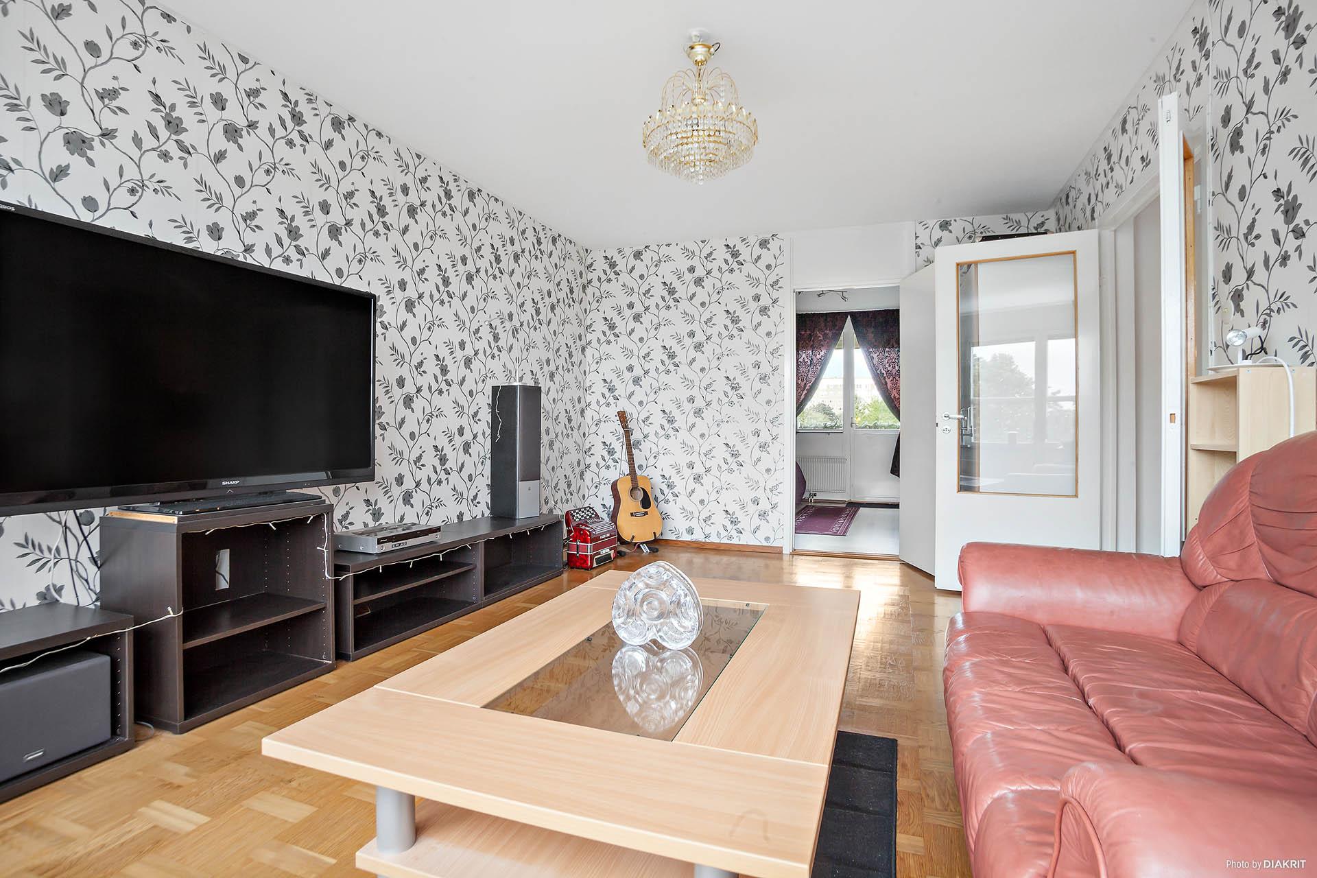 Väl tilltaget vardagsrum med plats för stor soffa, TV-möbel och eventuell övrig möblering.