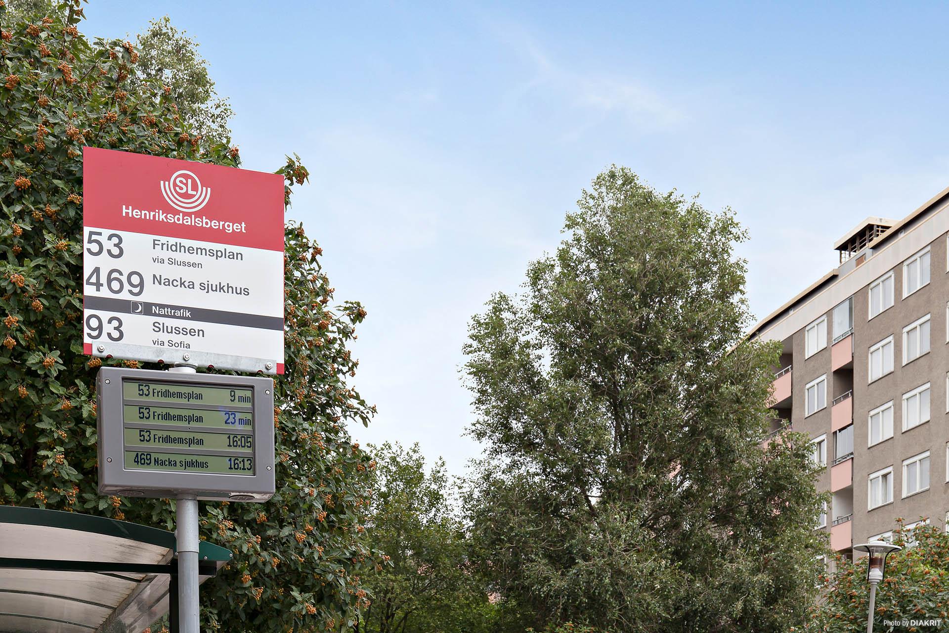 Från Henriksdalsbergets egna busstation tar du dig lätt till stan i ett nafs.