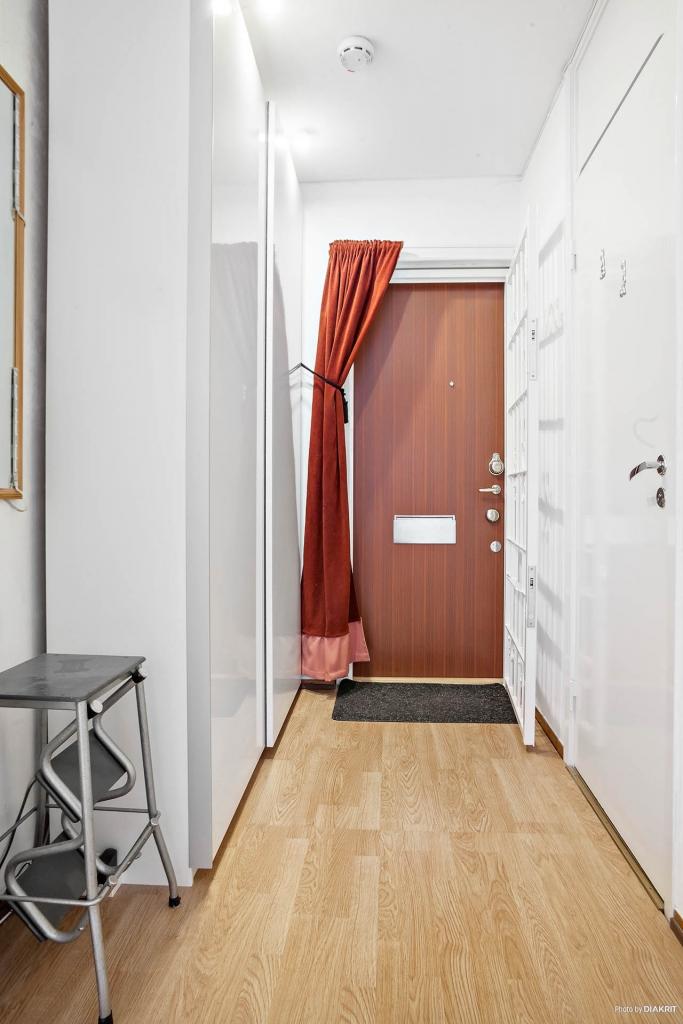 Ljus hall med praktisk bred garderob och säkerhetsdörr.