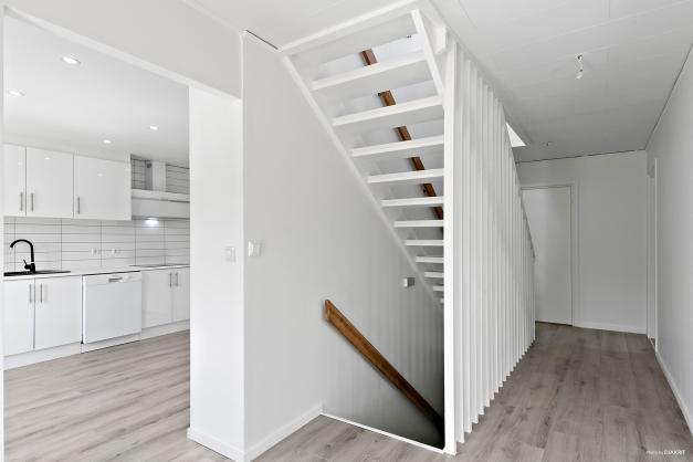 Entré med vy mot kök och trappa till källaren