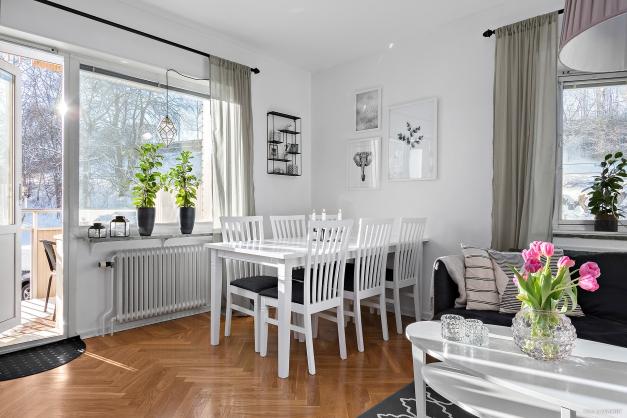 Vardagsrummet erbjuder plats för såväl matsalsgrupp som sittgrupp.