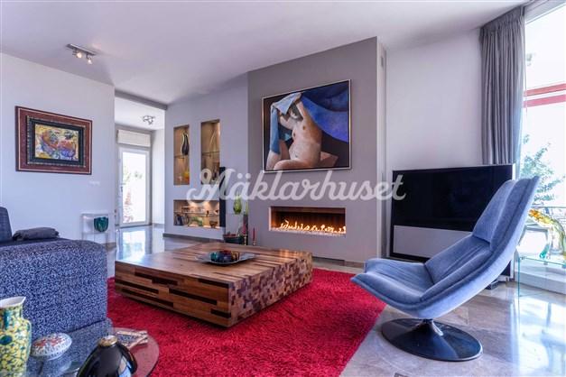 Vardagsrum med vacker eldstad