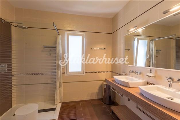 Duschrum med dubbla tvättställ (Totalt har huset 5 badrum!)
