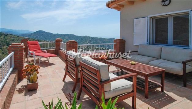 Solig terrass med vacker utsikt