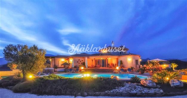 Vacker villa med vacker ytterbelysning