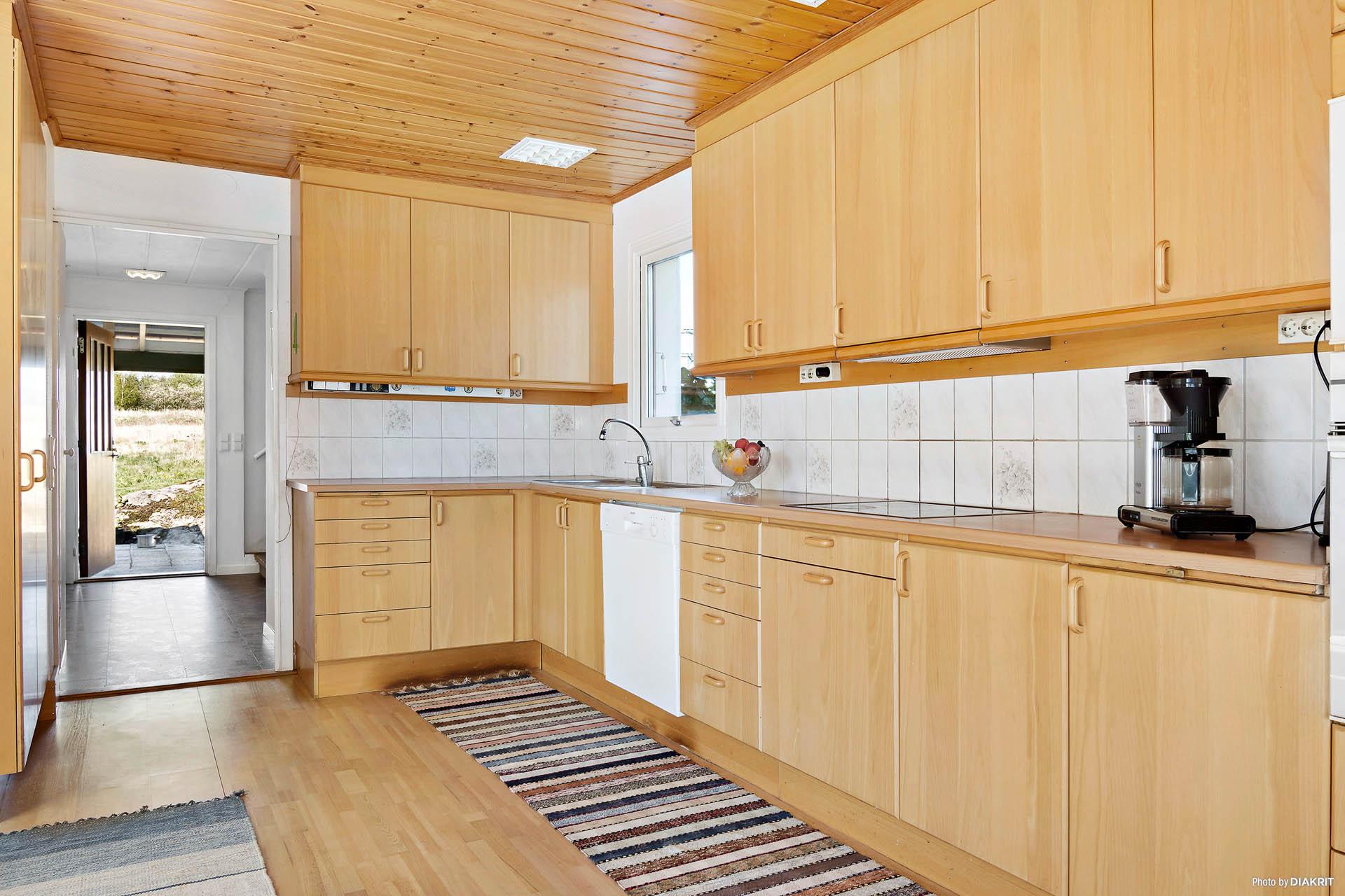 Rymligt kök med gott om bänkytor och förvaring