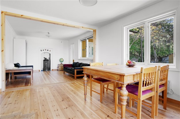 Vardagsrum med trägolv av gotlandsfuru