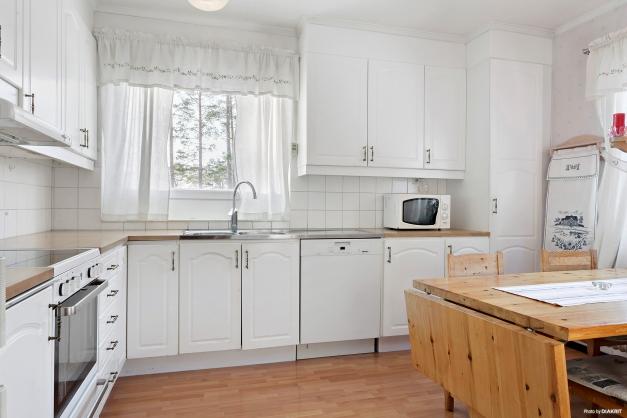 Köket har fönster ovanför diskbänken
