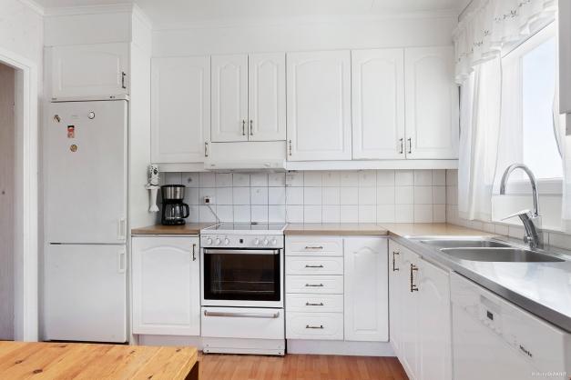 Köket är ljust och har fina arbetsytor