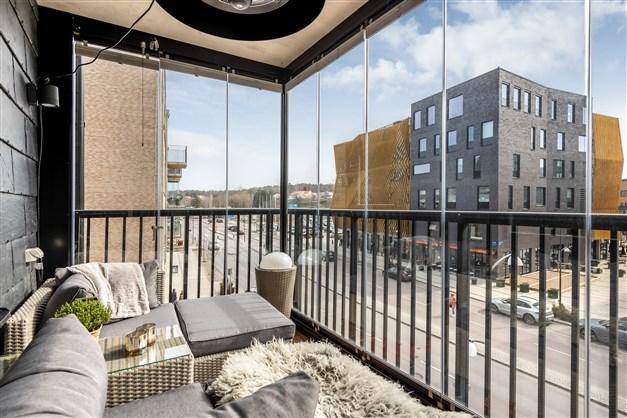 Härifrån kommer ni ut till den inglasade balkongen om ca 7,5 kvm i sydostläge med trädäck.