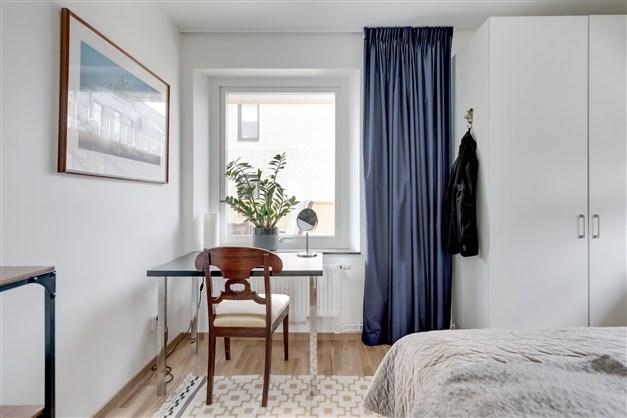Det andra sovrummet har fönster mot innergården.