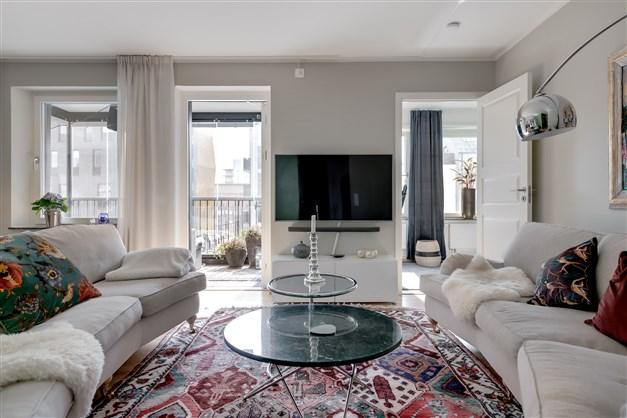 Den öppna planlösningen gör att ljuset kommer in i vardagsrummet från flera håll.