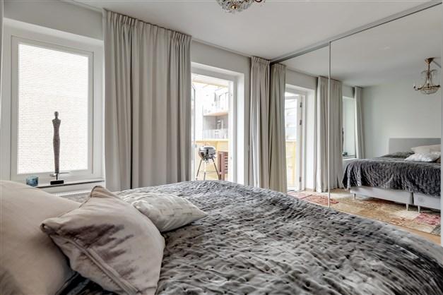 Det stora sovrummet med fönster mot innergården.