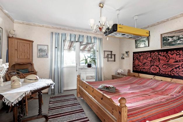 Sovrum med utgång till uteplats