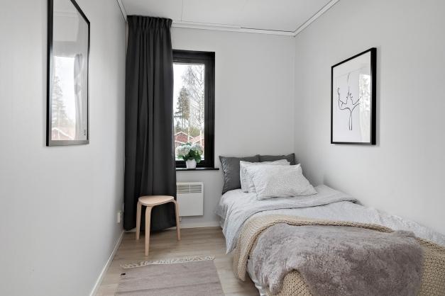 Sovrum 2 med garderober och plats för enkelsäng (eller våningssäng)