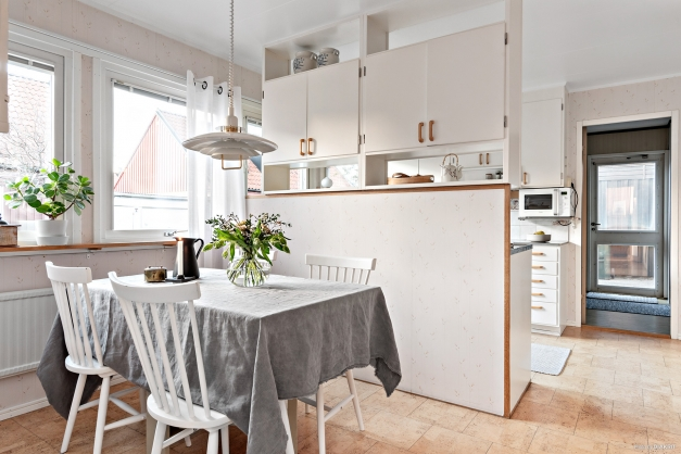 Kök med rymlig matplats intill fönster.