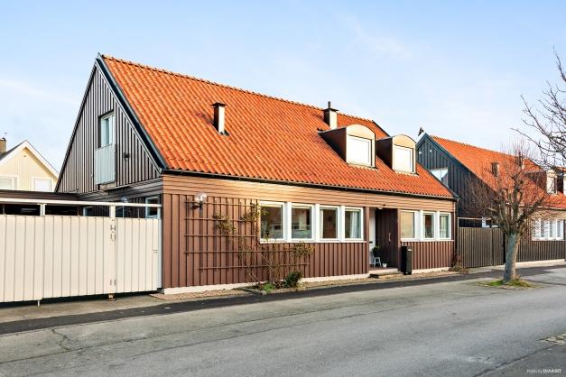 Husets framsida med carport.