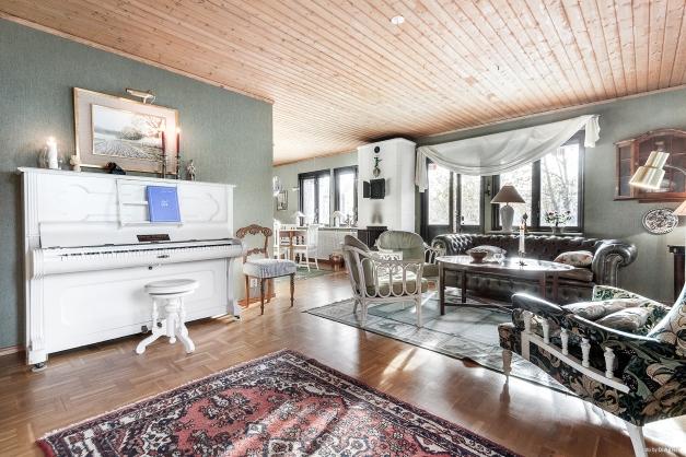 Luftigt vardagsrum med plats för möblemang
