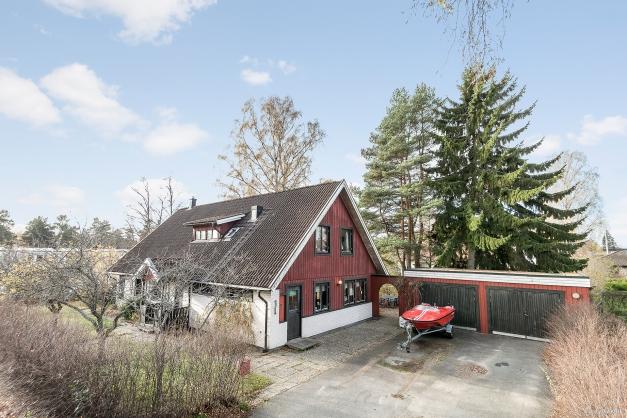 Välkommen till en gedigen villa med dubbelgarage