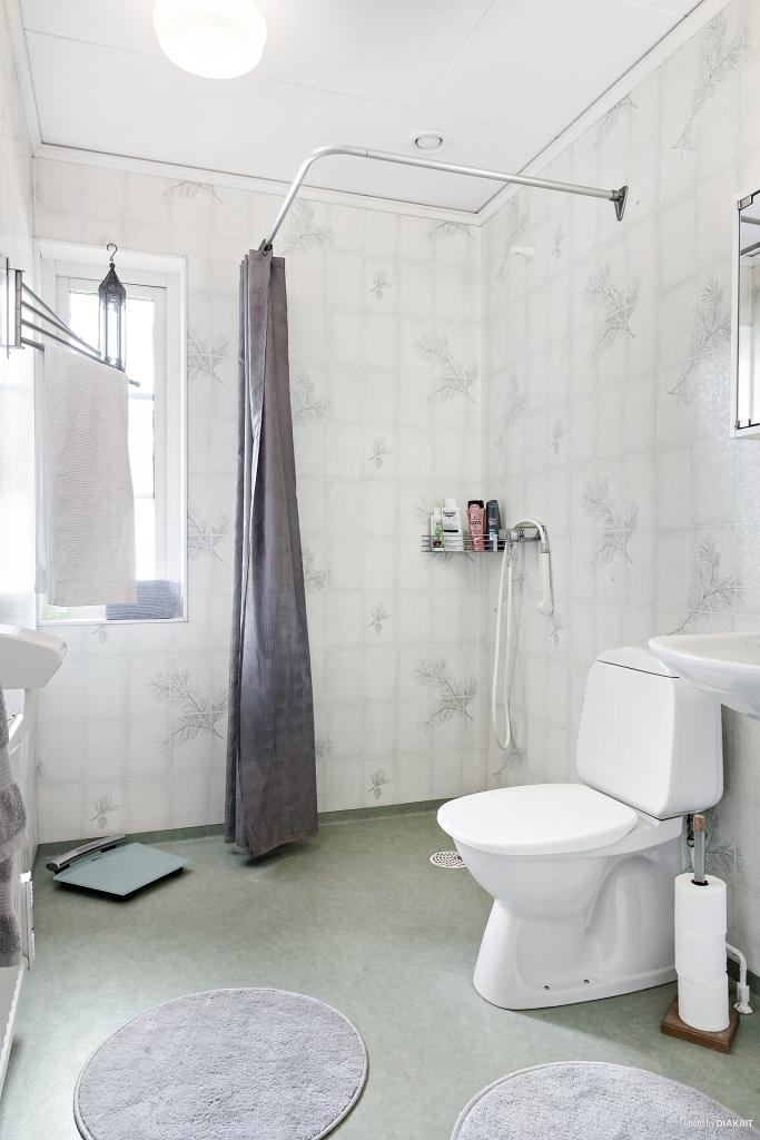 Toalett med dusch på entréplan.