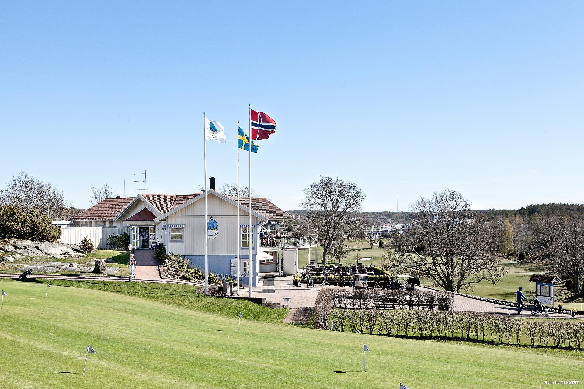 Golfbanan runt hörnet.