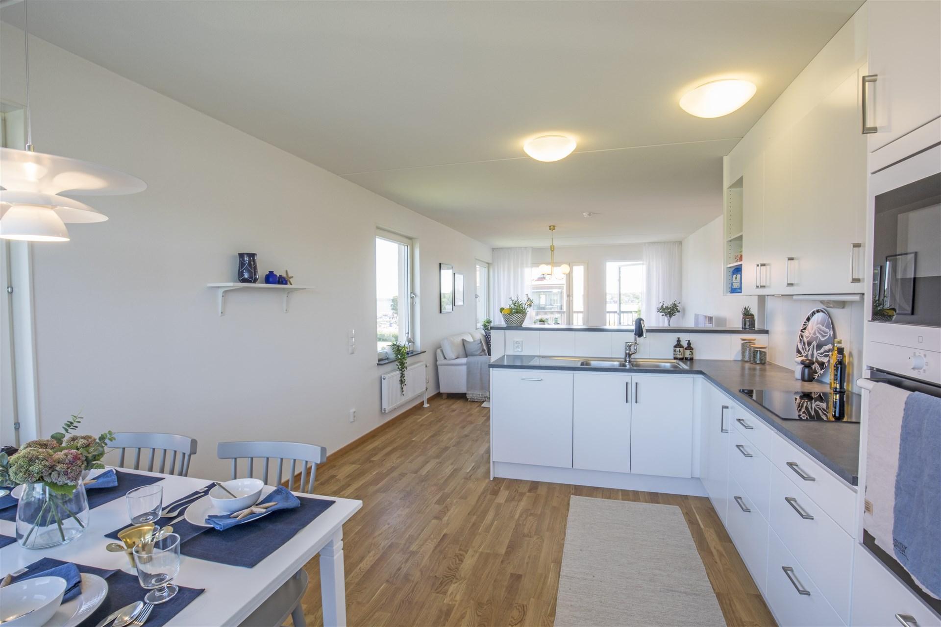 Öppen planlösning mellan kök och vardagsrum i visningslägenheten Terrilörsgatan 3