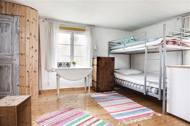 I rummet finns flera sovplatser och garderob.