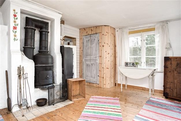 Rummet har fint gammalt trägolv och fönster åt två håll, vilket ger fint ljus.