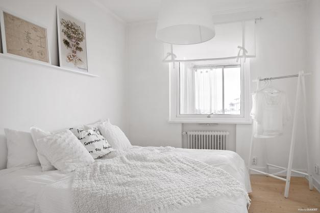 Sovrummet är ljust och i anslutning har du en klädkammare och en garderob
