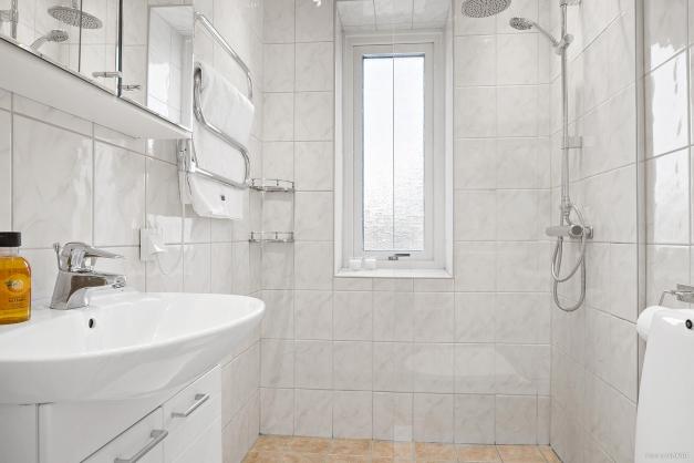 Helkaklat badrum med skönt ljusinsläpp