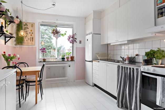 Trivsamt kök med plats för matbord.