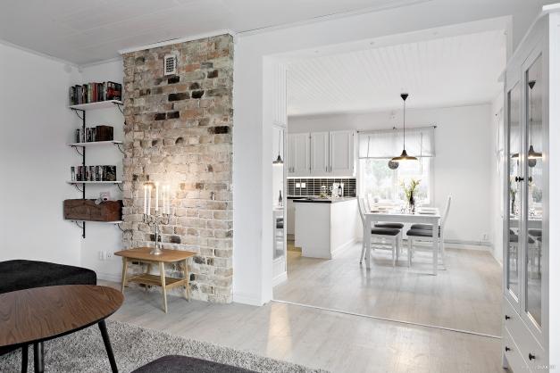 Vardagsrum med synlig murstock!