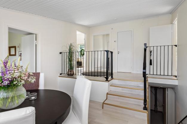 Ovanligt och snyggt med trappan mellan hall och matplats