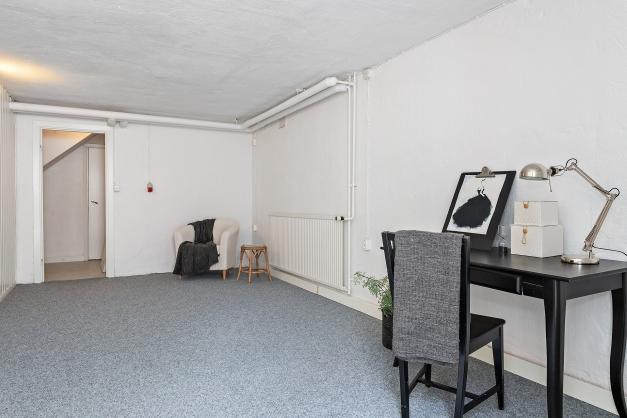Rum i källaren - kanske för en tonåring som önskar egen ingång?