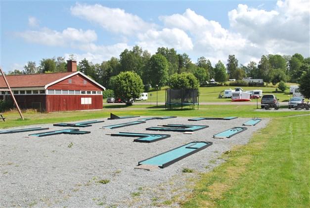 Möjlighet att spela minigolf (till vänster byggnad som tidigare hade omklädningsrum och duschar (nu förrådsbyggnad)