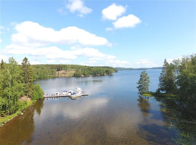 Översiktsbild av badviken och ut över sjön
