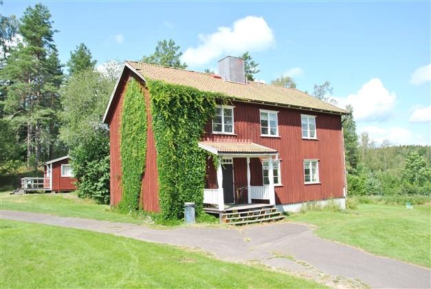 Denna byggnad rymmer flera rum (2-bädds och 4-bädds). I källaren finns toaletter och duschar.