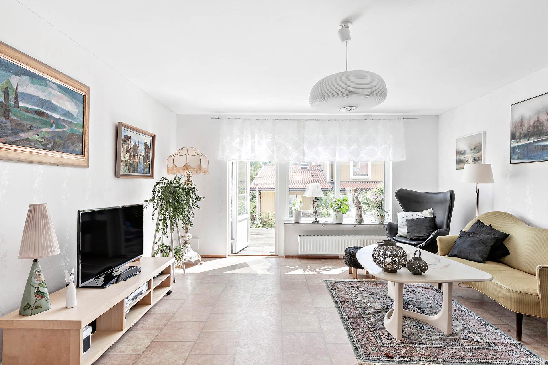 Rymligt vardagsrum med plats för all typ av möblering
