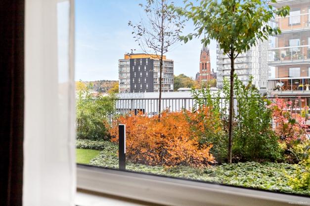 Fantastisk utsikt från lägenhetens sovrumsfönster.