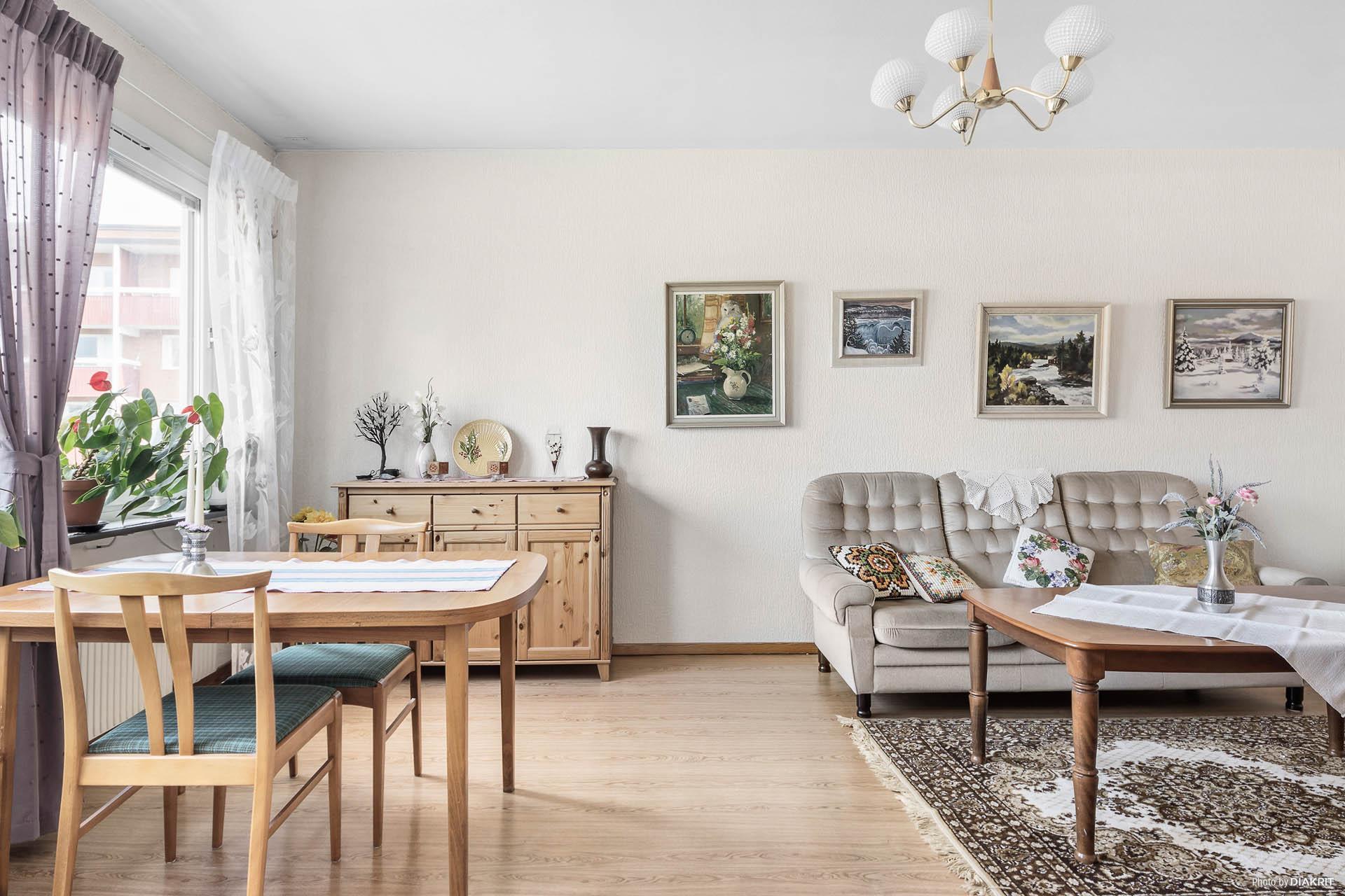 Vardagsrummet från köket
