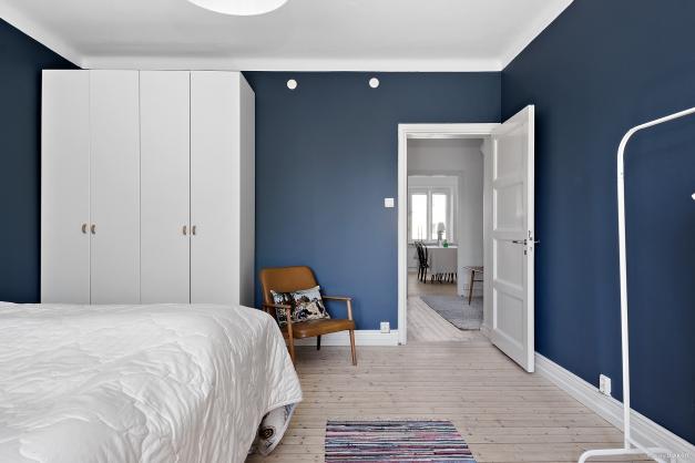 Sovrum med vy mot vardagsrum och matrum.