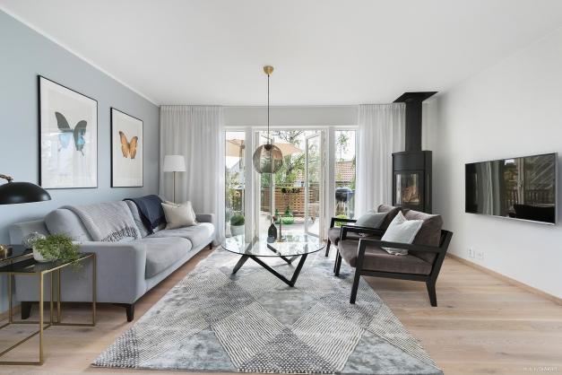 Vardagsrum med braskamin och utgång till takterrassen