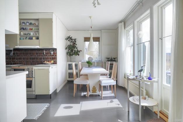 Matplats i kök i öppen planlösning mot vardagsrum