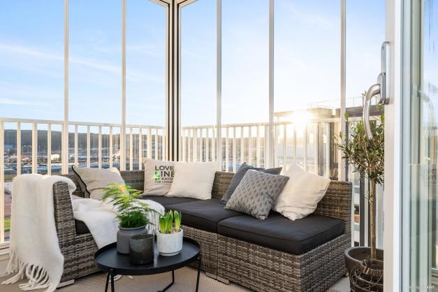 Stor inglasad balkong i bästa sydvästläge. Högt och fritt läge! Här ryms enkelt loungemöbler med mera.