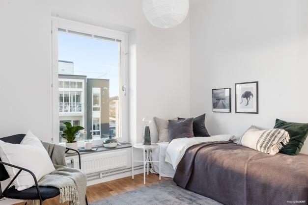 Sovrum 2 - Lagom stort med plats för säng och skrivbord.