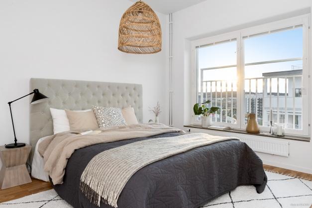 Sovrum 1 - Stort med fin utsikt och lyxiga elfa-garderober med spegeldörrar som rymmer hela väggen.