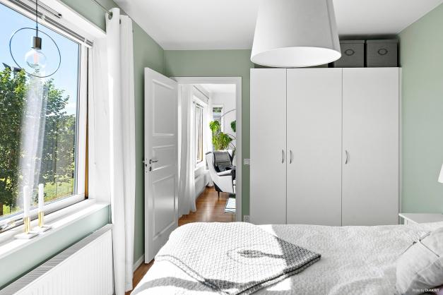 Sovrum med tre garderober.