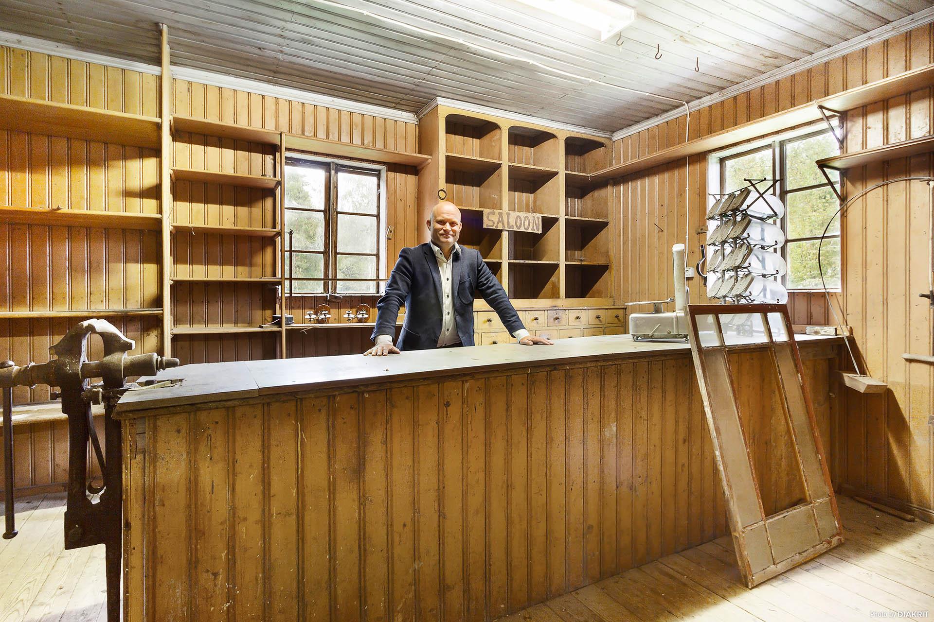 """Välkommen in i """"saloonen"""", affären eller vad tycker du att det skulle passa till?"""